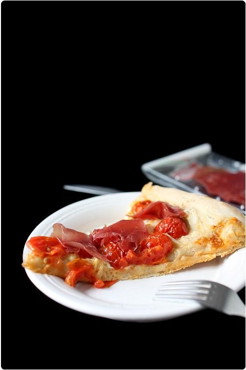 Pizza de tomates cerises, bressaola et mozzarella