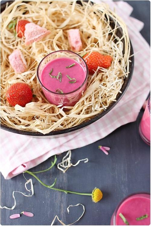 Smoothie aux fraises, à la betterave et biscuits roses de Reims