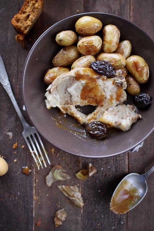 Côte porc à la vapeur de cidre, sauce au pain dépices et pommes de terre rôties au four
