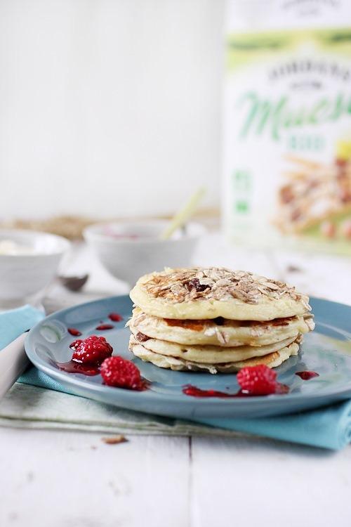 Pancakes au muesli, coulis ricotta & miel et framboises écrasées