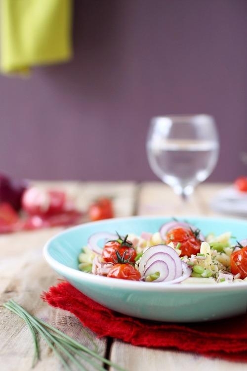 Salade de pâte aux fèves, tomates cerise rôties et oignon rouge