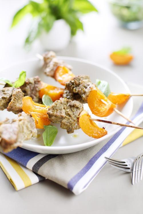 Brochette de porc et abricots au pesto