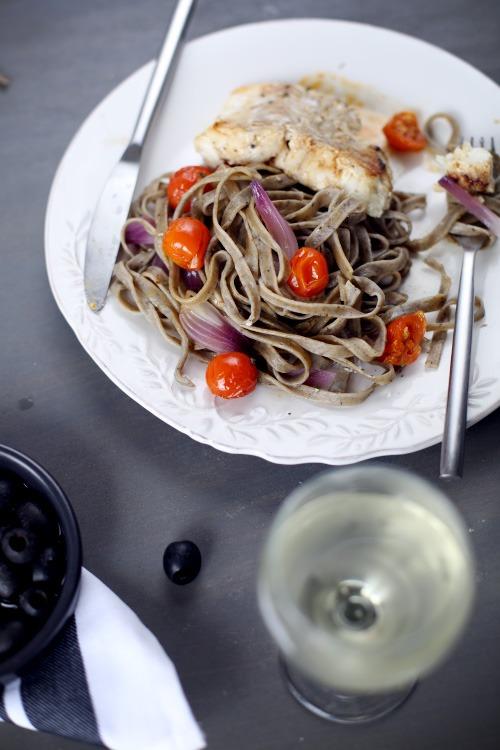 tagliatelles aux olives filet de cabillaud oignon rouge et tomates cerise chefnini. Black Bedroom Furniture Sets. Home Design Ideas
