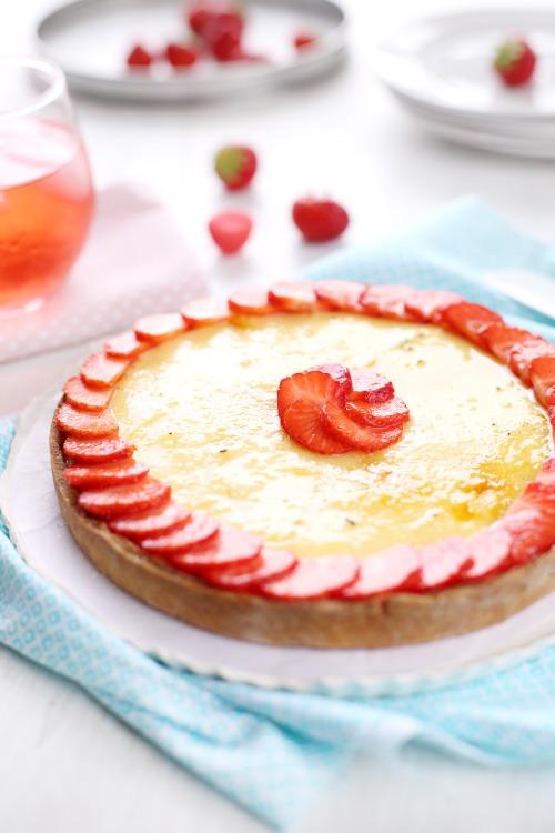 Tarte sablée à la compotée de fraises et crème catalane à lamande