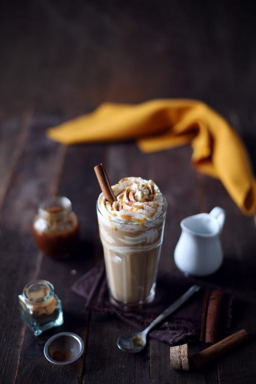 Pumpkin Spice Latte (Cafe au lait au sirop de potiron épicé et chantilly)