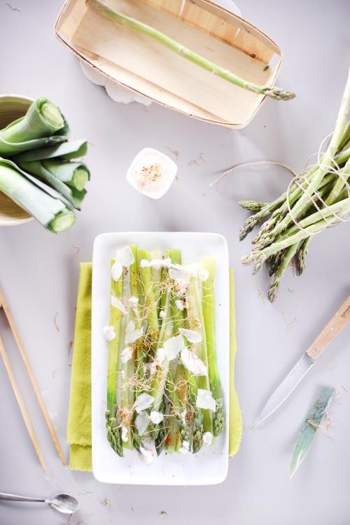 Asperges et poireaux en salade chefnini - Asperge blanche a la poele ...